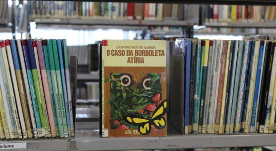 """Capa do livro """"O Caso da Borboleta Atíria"""" na biblioteca do bairro. Foto: Juh Oliveira"""